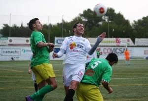 Ramiro, centrocampista de la Peña Deportiva, pugna por el balón con dos jugadores del Atlético Rafal.