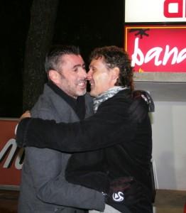 Los dos entrenadores se fundieron en un abrazo antes del inicio del choque.