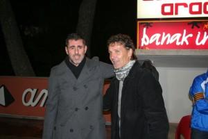 Vicente Román y Luis Elcacho se saludan antes del inicio del derbi entre el San Rafael y el Formentera.