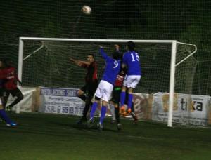 Carvajal y Adrián Ramos intentan rematar un balón durante el partido.
