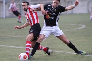 Pau Pomar, defensa de la Peña Deportiva, reaparecía después de su lesión ante el Montuïri. Fotos: Fútbol Balear