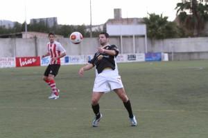 Salinas, que en la imagen controla el balón con el pecho, volvió a marcar para la Peña.