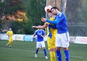 Adri Sánchez pugna por el balón con un jugador del Penya Ciutadella Esportiva.