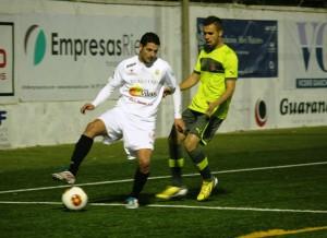 Salinas, delantero de la Peña Deportiva, controla el balón ante la presión de un defensa del Espanyol B.