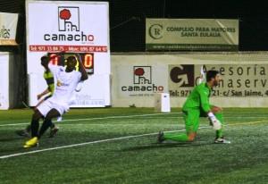 Ayrton se lamenta de una ocasión desaprovechada ante la portería del Espanyol B. Fotos: C. V.