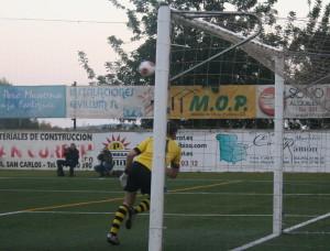 El meta del Llosetense no ha llegado a este balón, un libre directo de Salinas que ha supuesto el empate para la Peña