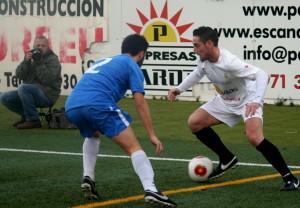 Ramiro trata de marcharse de un jugador del Llosetense