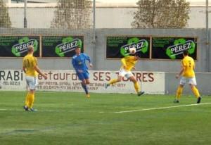 Aparicio, que en la imagen despeja un balón con la cabeza ene l campo del Binissalem, marcó en propia puerta el segundo tanto de los locales. Foto: Fútbol Balear