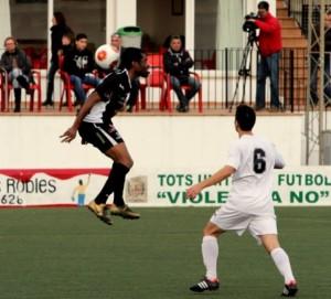 Paolo, autor de un gol, trata de controlar un balón con el cogote en el campo del Felanitx. Foto: Fútbol Balear