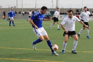 Rafa Carvajal, delantero del San Rafael, en un lance del encuentro disputado en el estadio de es Molinar. Foto: Fútbol Balear