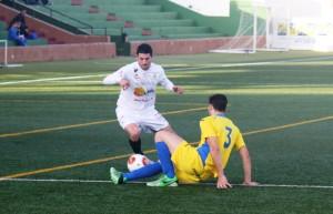 Salinas, autor de tres de los cuatro goles ante el Mercadal, se va de una defensa. Fotos: C. V.
