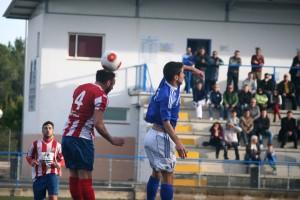 Nil Paniello salta por el balón con el jugador del Manacor Abel.