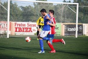 Carvajal, autor del segundo gol del San Rafael, pelea con un jugador rival.