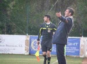 Vicente Román, entrenador del San Rafael, se queja por una acción del partido.