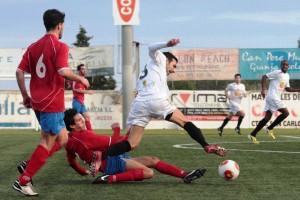 Raúl Gómez es zancadilleado por un jugador del conjunto mallorquín.