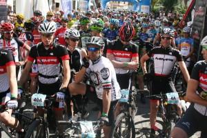 Gilberto Simoni se relaja momentos antes de comenzar la primera etapa de la carrera.