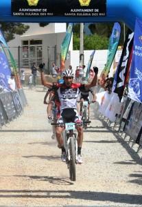 El italiano Damiano Ferraro levanta los brazos en señal de victoria, aunque no fueron los ganadores de etapa. Fotos: C. V.