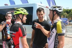 Enrique Morcillo conversa con los dos vencedores de la etapa.