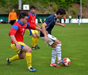 Un jugador del Anguiano retiene el balón en un partido de Liga en su campo. Foto: Sergio Martínez
