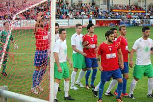 Varios jugadores del Villarrobledo defienden un saque de esquina durante un partido de esta temporada.