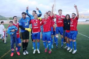 Varios jugadores del Portmany celebran el título de la liga Regional. Fotos: C. V.