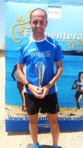 Samuel Urbano posa con el trofeo como ganador de la Formentera Media Maratón Trail. Foto: Facebook