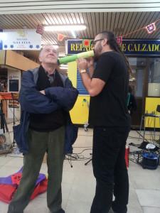 David Trashumante le recita un poema personal e intransferible al poeta Julio Herranz, durante una actuación del grupo polipoético Poetiks en el Mercado de San Fernando de Madrid.
