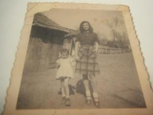 Ester Levy y su hija Miriam Katin en 1946, un año después de terminar la guerra.