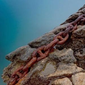 Una cadena rovellada per l'acció de la humitat marina a sa Canal, Eivissa. Foto Carles Ribas