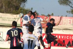 Adrián Rosa y Dani Erencia intentan despejar el balón durante el partido ante el Algeciras. Fotos: C. V.