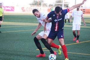 Mario, centrocampista del Algeciras, pugna con Erencia en una acción del partido.