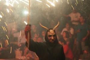 Un demonio durante el correfoc celebrado este viernes por la noche en el Parque Reina Sofía.