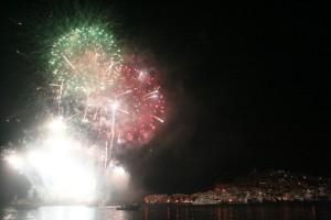 La Festa de Sant Ciriac se despidió por el gran castillo de fuegos artificiales. Fotos: V. R. y C. V.