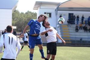 Gady Randazzo salta a por el balón con un jugador del Constància.