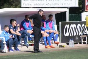 Vicente Román, entrenador del conjunto ibicenco, sigue atento el juego desde el banquillo.