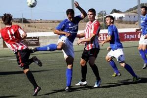 Manuel Cabezuelo, jugador del San Rafael, durante el partido ante el Mercadal.