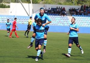 Los jugadores del Ciudad de Ibiza celebran el único gol del partido. Fotos: C. V.