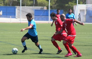 Andrés, capitán del 'City', es presionado por dos jugadores visitantes.