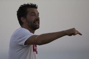 Tito García Sanjuán dirige a su equipo desde la banda. Foto: Paco Natera (Fútbol Pitiuso)