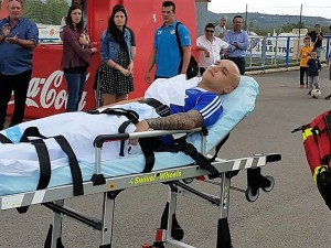 Santos, en el momento en el que es trasladado al hospital tras el encuentro