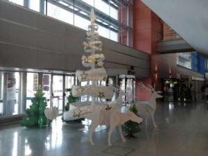 Decoración navideña en el aeropuerto de Ibiza