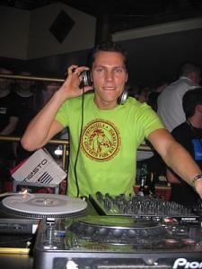 DJ Tiësto durante una sesión en un club de Ibiza