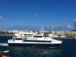 El buque de Trasmapi zarpando del puerto de Vila al mediodía, reanudando así las comunicaciones marítimas entre las Pitiüses