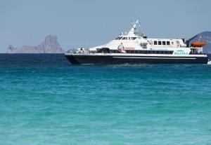 La falta de barcas que faciliten las conexiones aéreas y marítimas con otros destinos afecta a los residentes y a los empresarios de Formentera.
