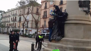 En la imagen, un momento del vídeo en el que los agentes intentan disuadir al hombre.