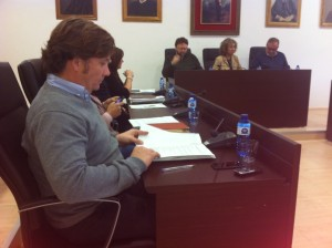 El concejal de Urbanismo y Actividades, Javier Marí, en primer término, durante el pleno de hoy