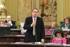 El portavoz del PSOE-Pacte, durante una intervención en el Parlament balear
