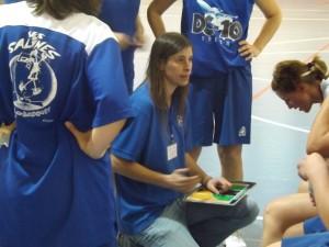 Estitxu Ibarreche da instrucciones al equipo sénior femenino de Ses Salines, que perdió ante el Araba.