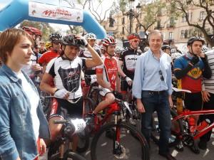 Mar Sánchez, Claudio Chiappucci, Roberto Heras, Vicent Serra y Rafa Triguero, antes de la salida.