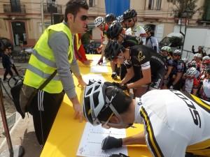 Los corredores, en el control de firmas momentos antes de iniciarse la primera etapa.